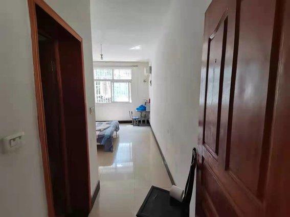 荆洪花园  3房2厅2卫 简装 步梯好楼层 目前在出租  可拎包入住