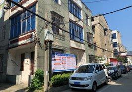 黃荊小區中心街 私房一棟 東南三面采光門口可以停車 看房方便 誠心出售 不動產證在手