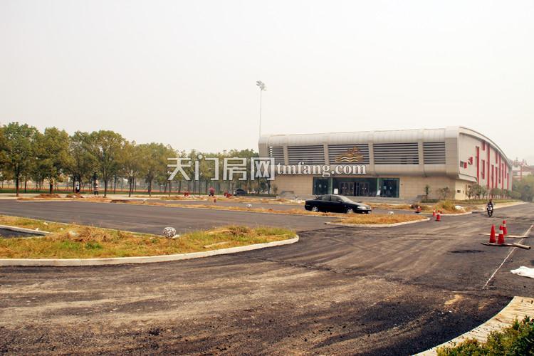 北面是一个大型的公用停车场目前已经对外开放