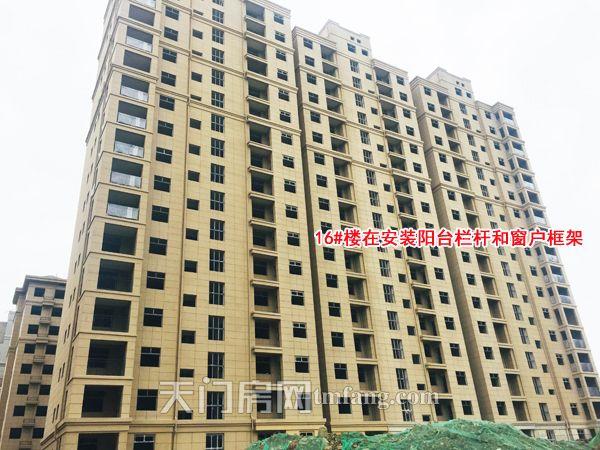 16号楼在安装阳台栏杆和窗户框架.jpg