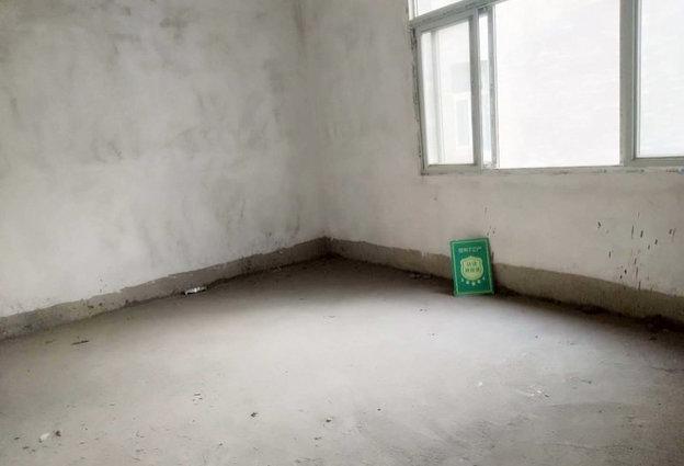 沃尔玛旁 怡景花园 毛坯四房 证满2年  中间楼层  特 价出售!