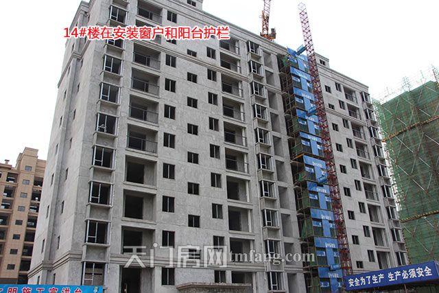 14号楼在安装窗户和阳台护栏.jpg