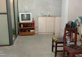 前通路 富锦公寓 地下室 一室一厅一卫有屋檐 热水器 一年5000
